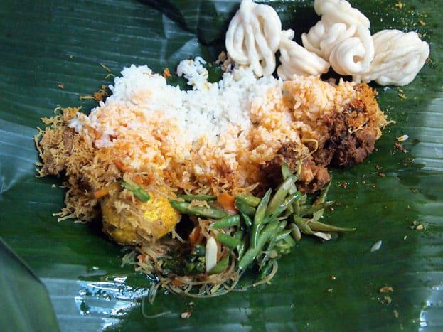 Lombok - Nasi Puyung serviert in Bananenblättern
