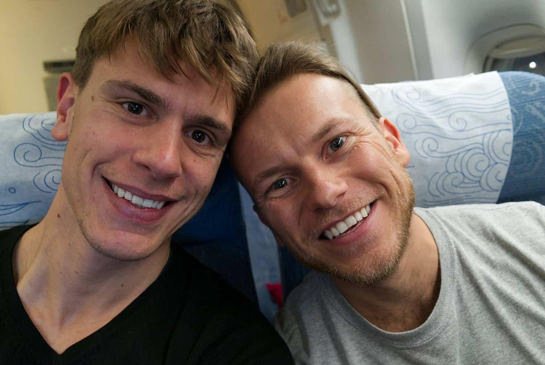 Selfie von Mauricio und Arne im Flugzeug auf dem Weg nach Neuseeland