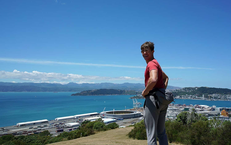 Mauri in Wellington, Neuseeland, vor Gebirgs- und Meereskulisse