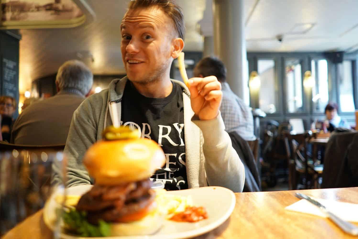 Arne beim Burger Essen