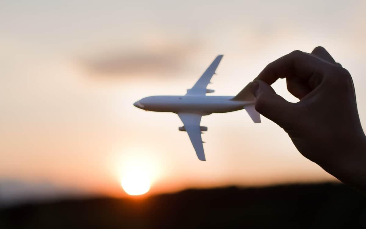 Flugzeug in der Hand halten