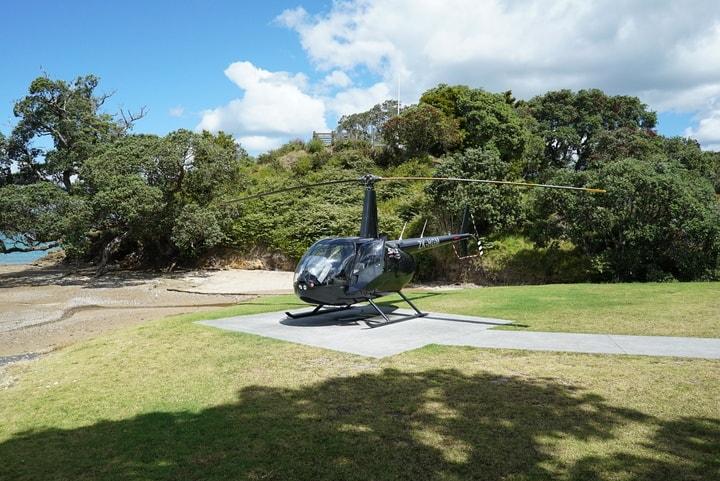 Ein Helikopter auf dem Landeplatz
