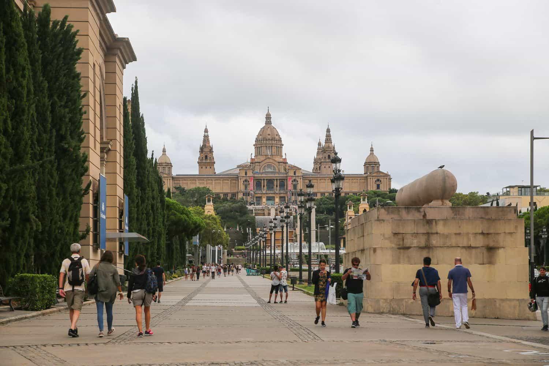 Barcelona Sehenswürdigkeiten – Blick auf das Kunst-Nationalmuseum auf dem Berg Montjuic mit dem Magischen Brunnen im Vordergrund