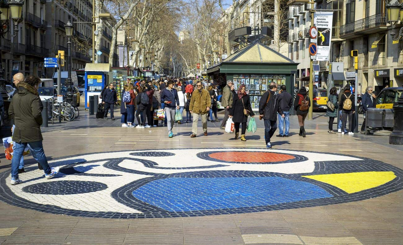 Barcelona Sehenswürdigkeiten – La Rambla Boulevard mit Miro-Mosaic im Vordergrund