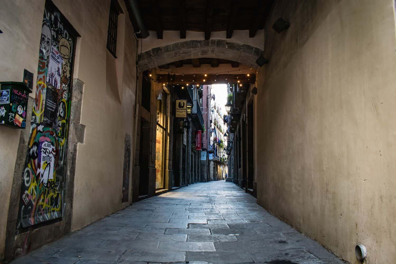 Barcelona Sehenswürdigkeiten – Passage im Gotischen Viertel von Barcelona