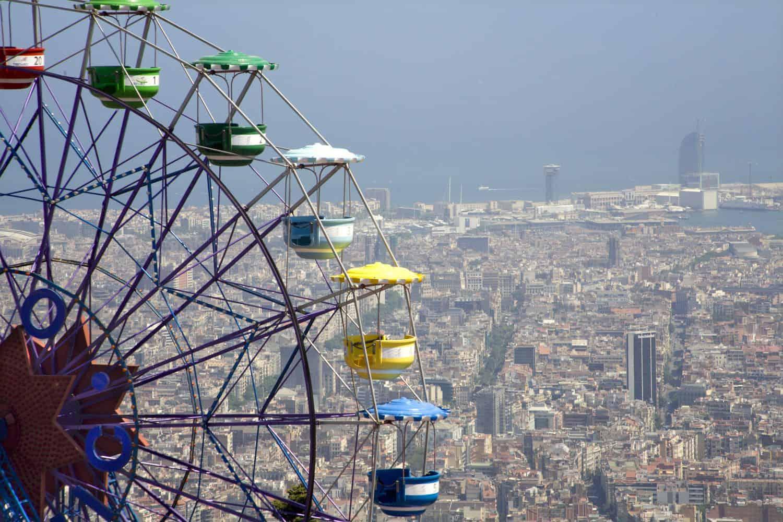 Barcelona Sehenswürdigkeiten – Ausschnitt des Riesenrads im Vergnügungspark Tibidabo mit Blick auf die Skyline von Barcelona im Hintergrund