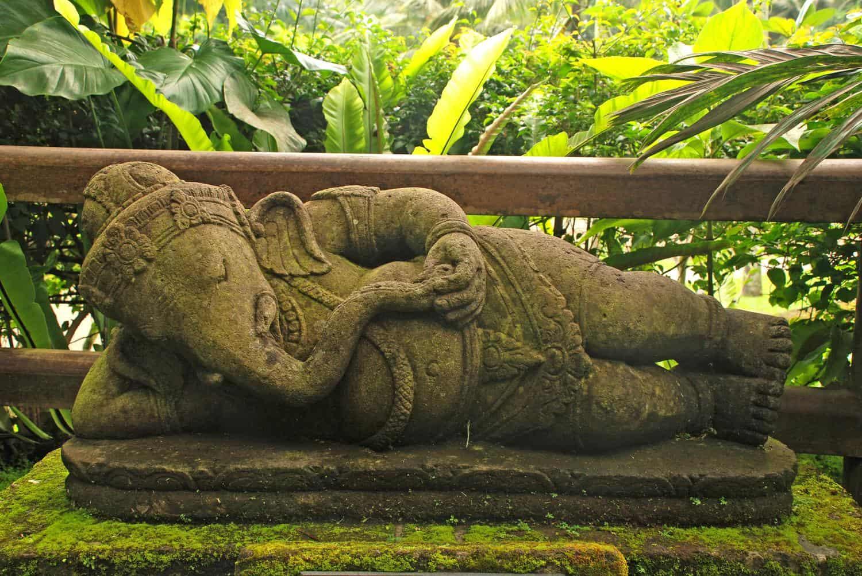 Indonesien Erdbeben – Statue des Hindu-Gottes Ganesha, auf der Seite liegend, Bali