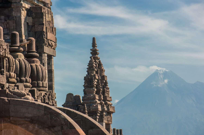 Indonesien Erdbeben – Prambanan-Tempel vor Vulkan Merapi
