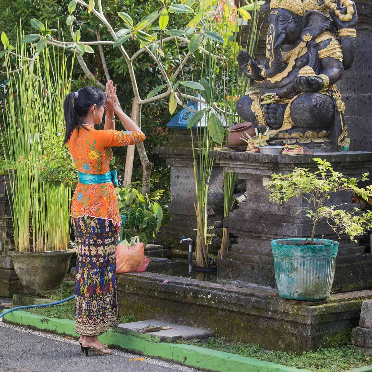 Indonesien Erdbeben - Frau betet vor einer Steinstatue des Hindu-Gottes Ganesha