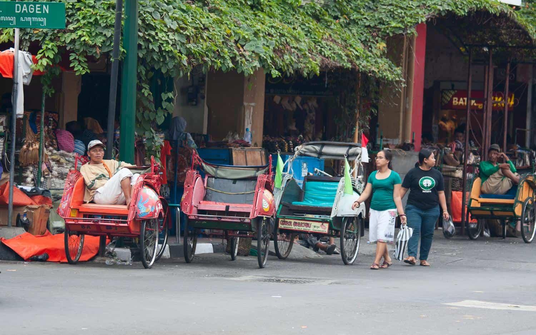 Indonesien Erdbeben – Rikscha-Haltestelle in Java