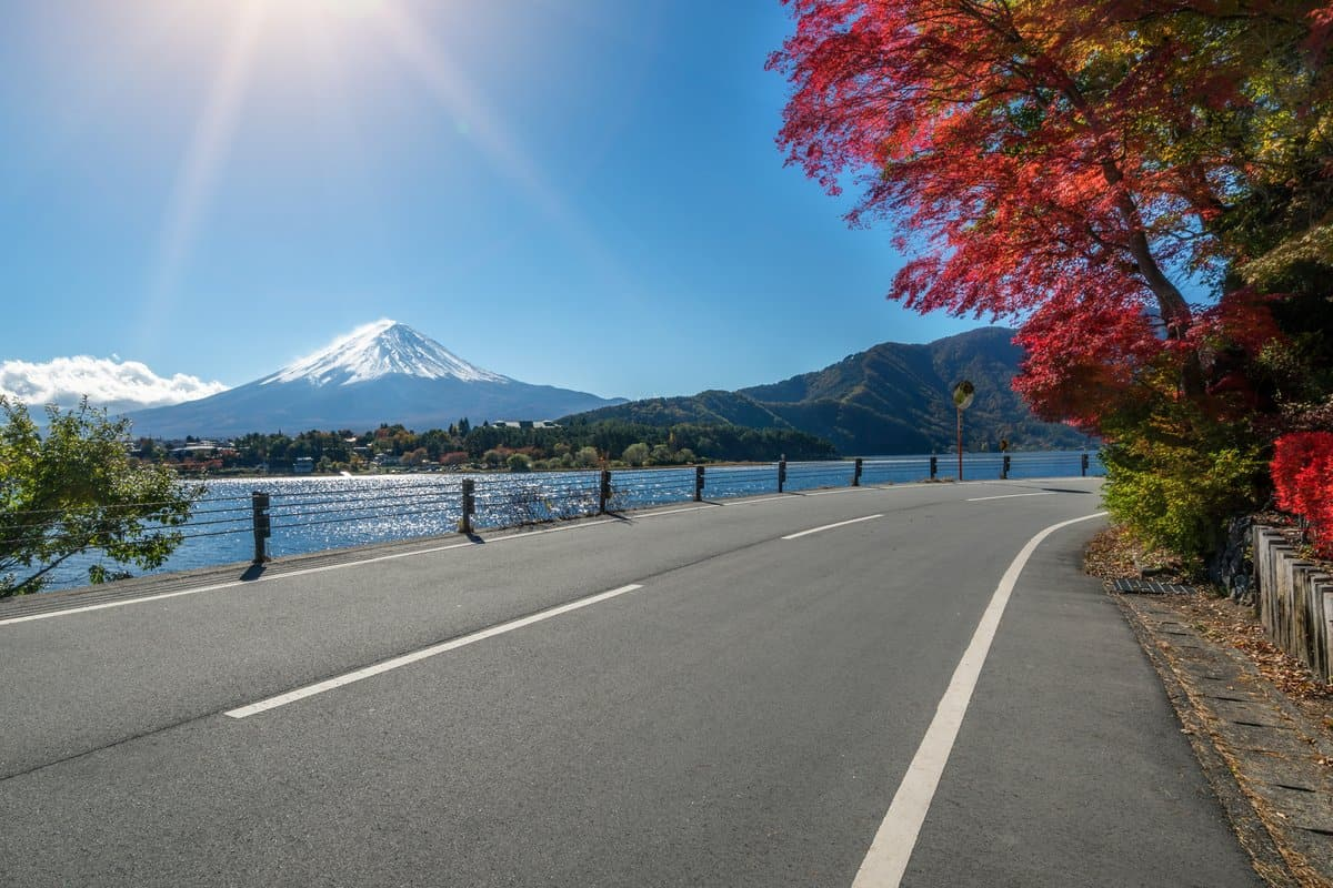Japan-Reise – Foto zeigt leere Strasse mit Berg Fuji im Hintergrund