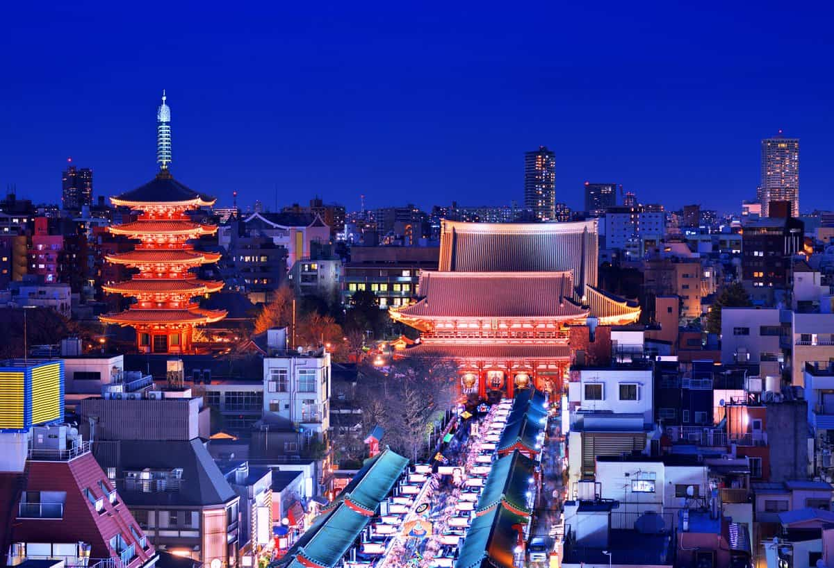 Japan-Reise – Asakusa bei Nacht mit beleuchtetem Tempel