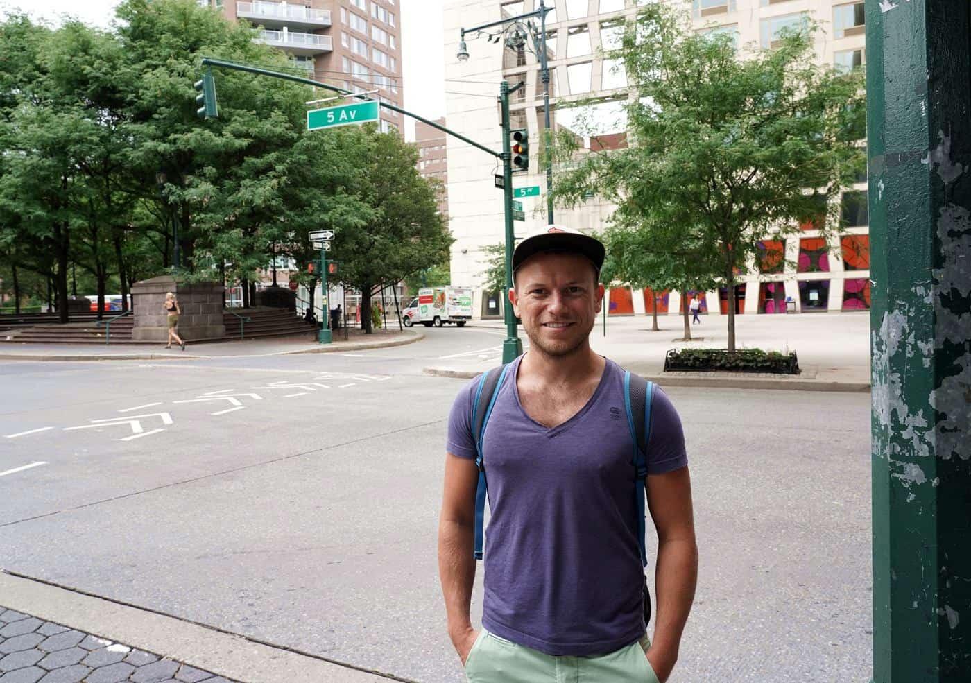 New York City – Arne posiert vor Straßenschild der 5th Avenue