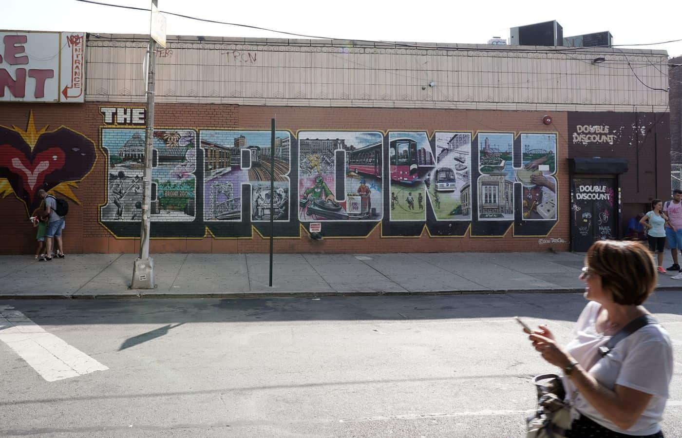 New York City – Wandgraffiti mit grafischem Schriftzug Bronx