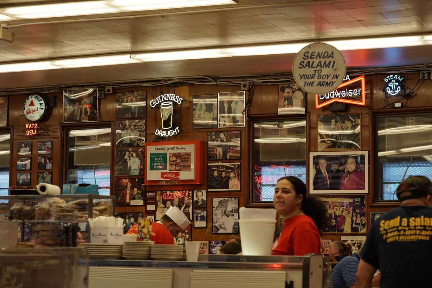 New York City – Innenansicht des Katz Deli in Manhattan