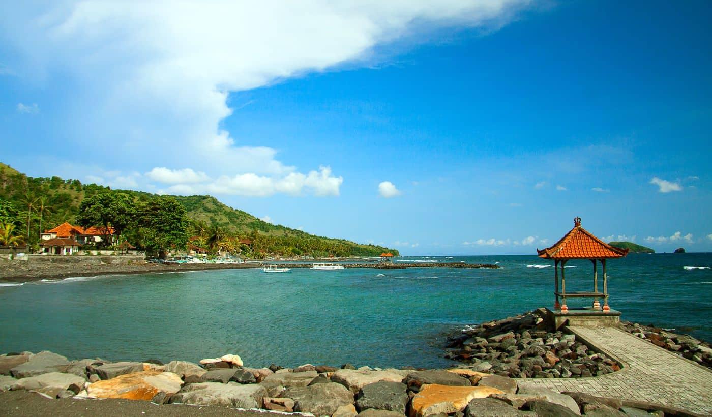 Corona-Rückholaktion nach Deutschland – Hafenufer auf Bali mit Blick aufs offene Meer