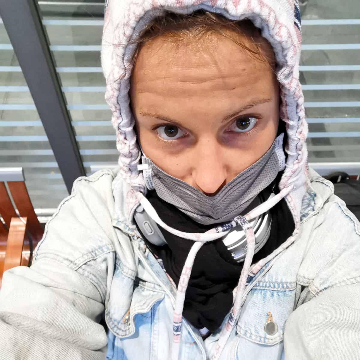 Corona-Rückholaktion nach Deutschland – Adine mit vermummtem Gesicht