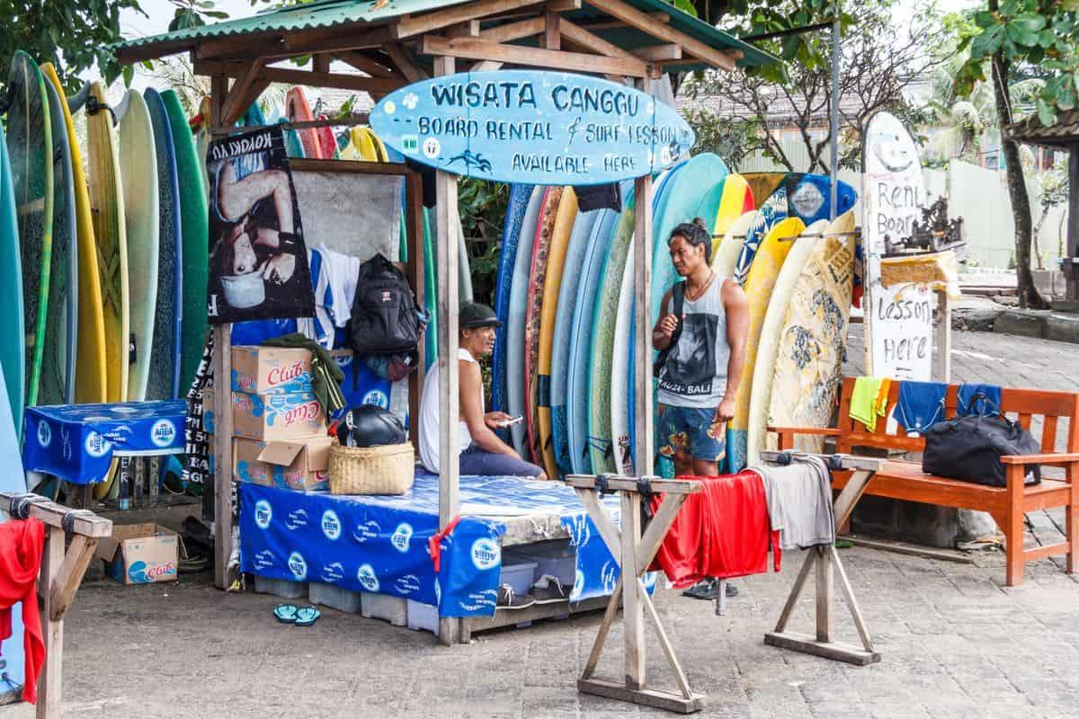 Corona-Rückholaktion nach Deutschland – Surfboard-Mietstand in Canggu, Bali