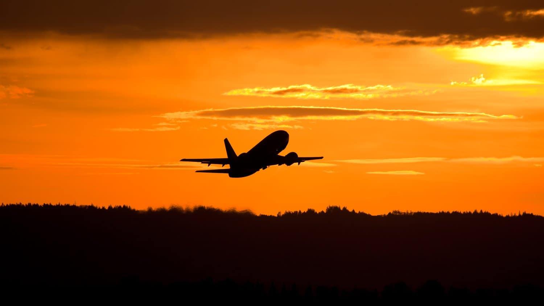 Reiseblog Flugzeug vor Sonnenuntergang