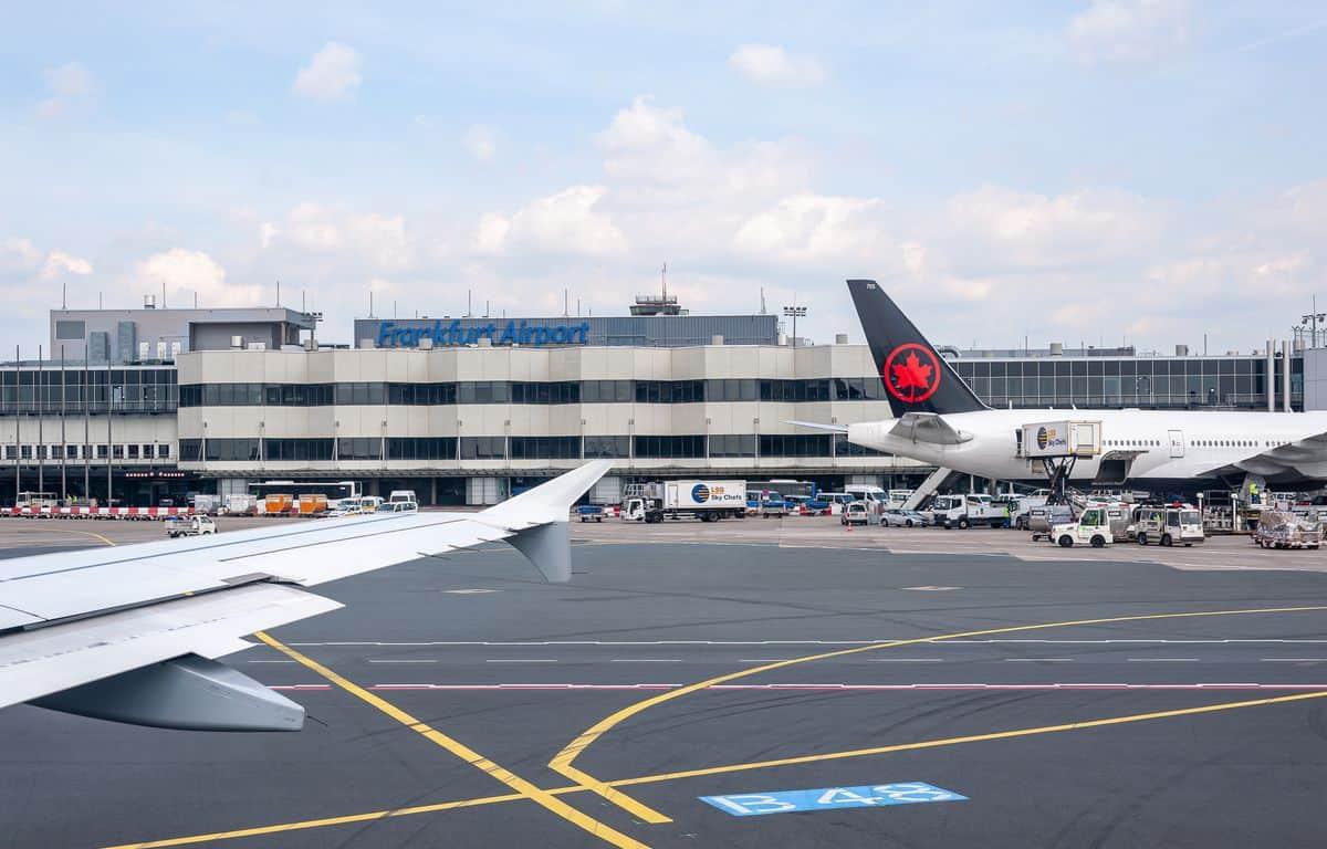 Corona-Rückholaktion nach Deutschland – Flughafen Frankfurt, Außenansicht von einem gelandeten Flugzeug