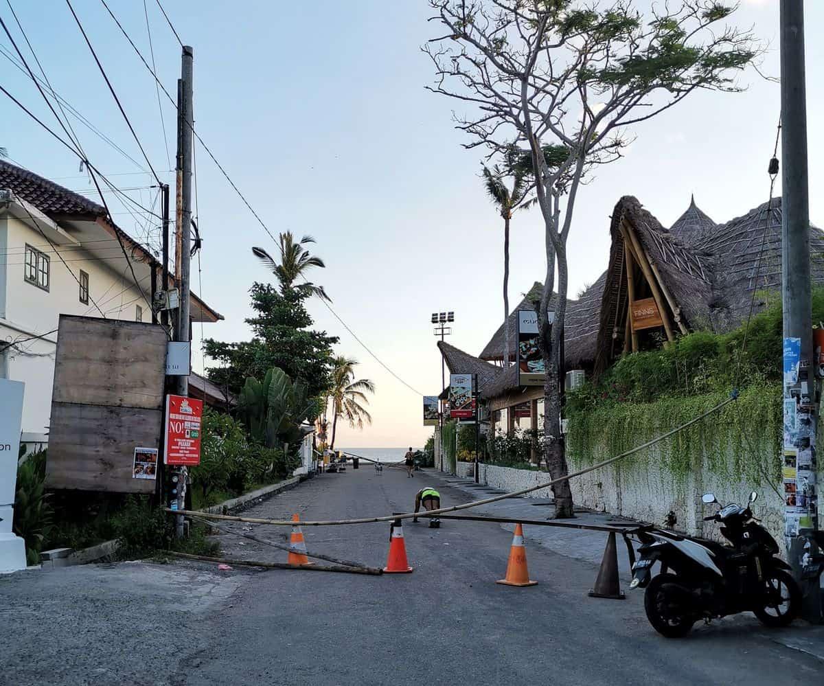 Corona-Rückholaktion nach Deutschland – Gesperrter Strand in Canggu, Bali