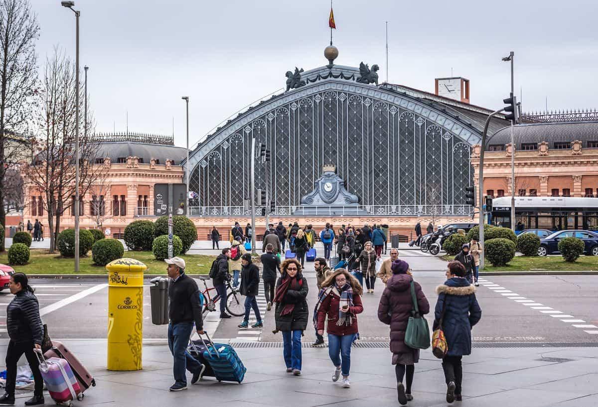Madrid-Reise – Straßenszene vor dem Bahnhof Atocha