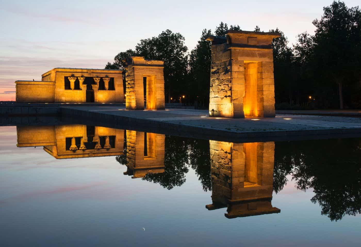 Madrid-Sehenswürdigkeiten – Debod-Tempel nach Sonnenuntergang, atmosphärisch bestrahlt