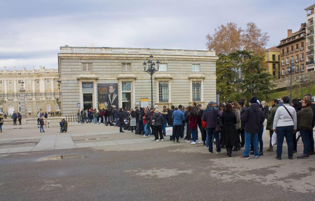 Madrid-Reise – Schlange vor dem Eingang zum Königspalast