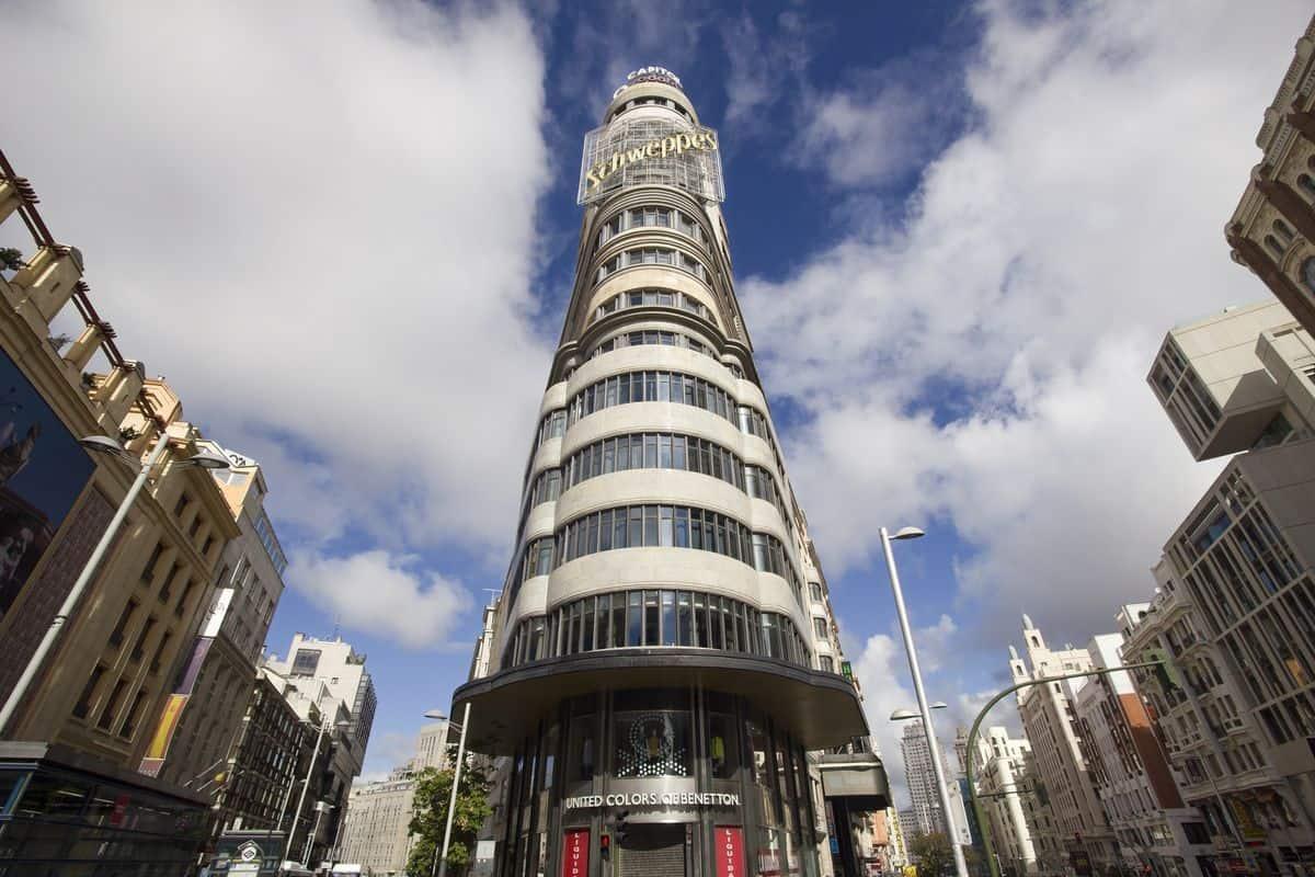 """Madrid-Sehenswürdigkeiten – Das """"Schweppes-Gebäude"""" zwischen Calle de Jacometrezo und Gran Vía"""