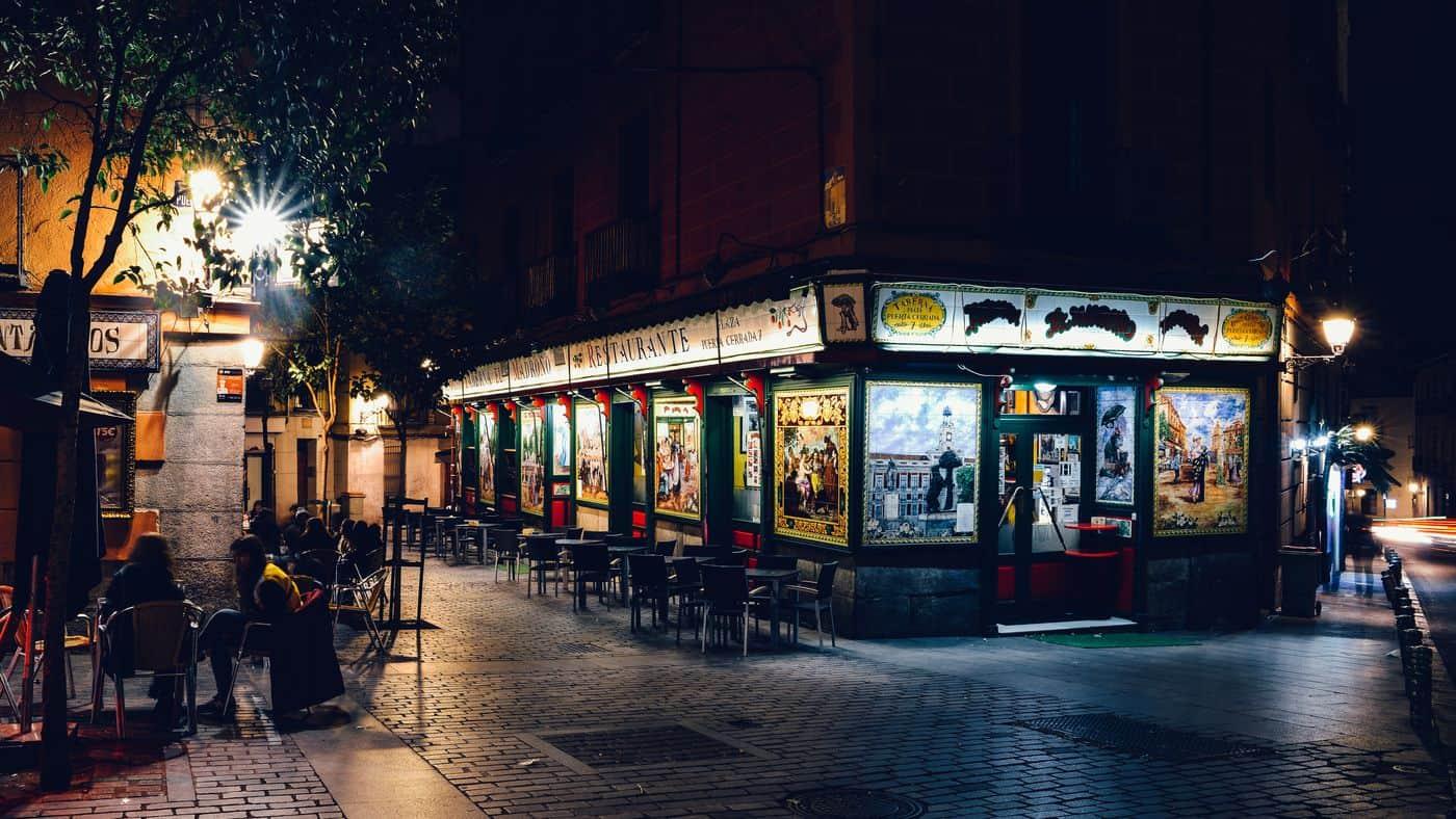 Madrid-Reise – Tapas-Bar in der City am Abend mit Menschen