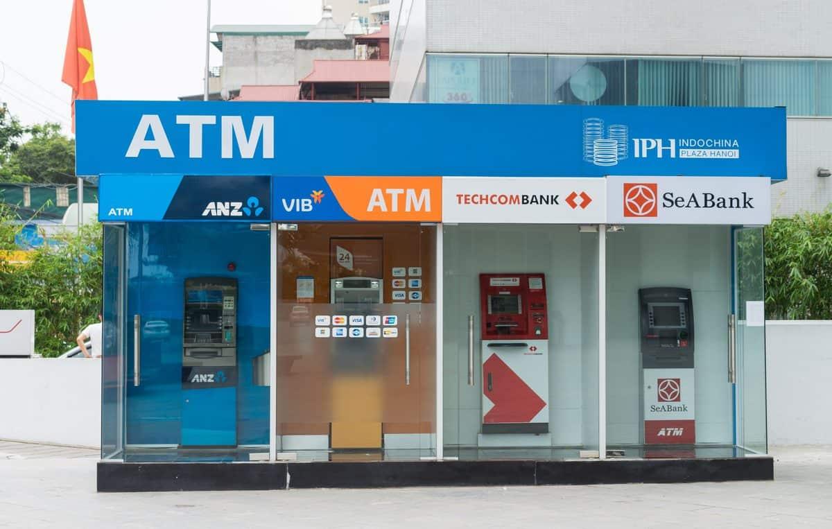 Die besten Reise-Kreditkarten – Geldautomaten nebeneinander in Hanoi, Vietnam