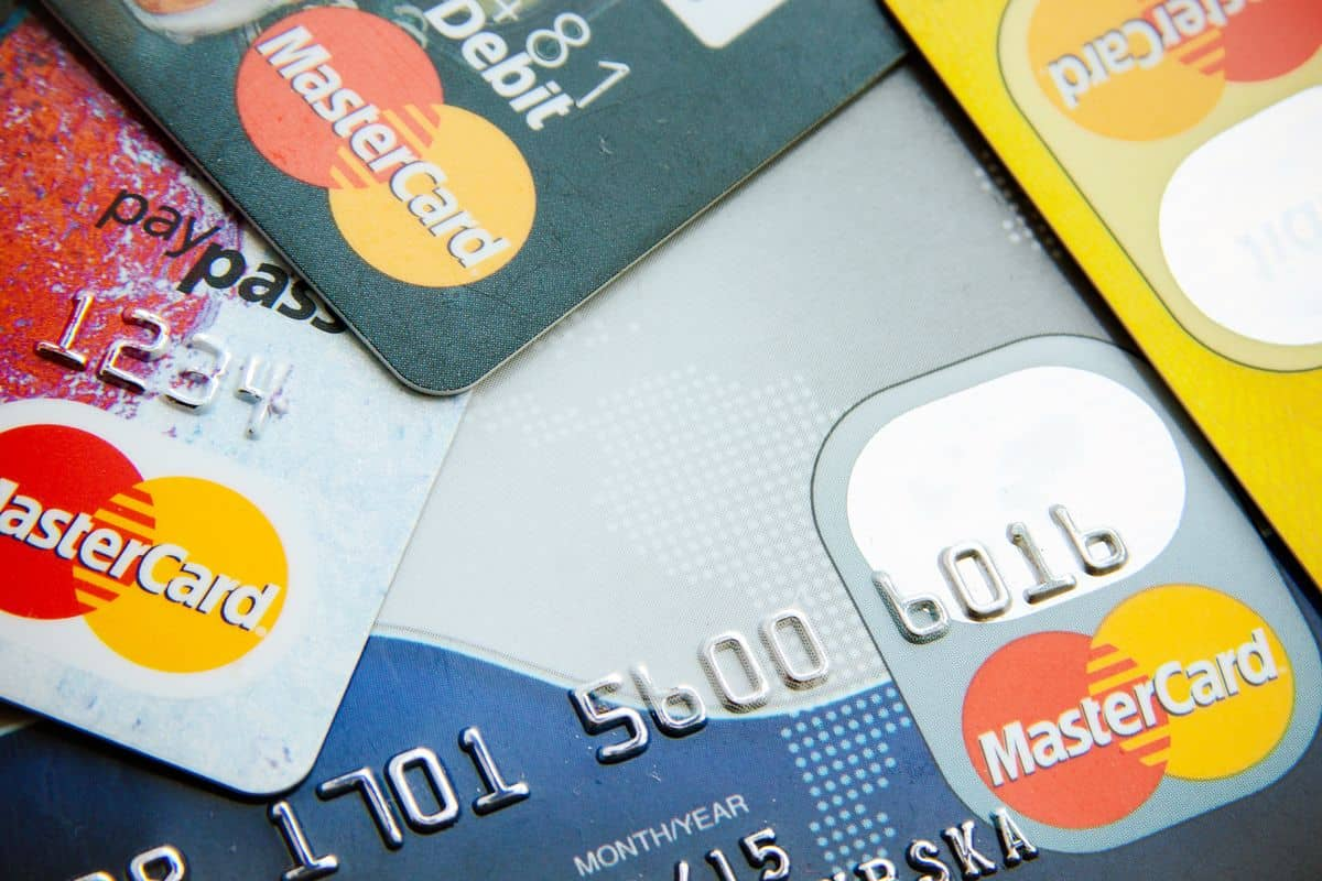 Die besten Reise-Kreditkarten – Mehrere Karten mit Mastercard-Symbol sichtbar