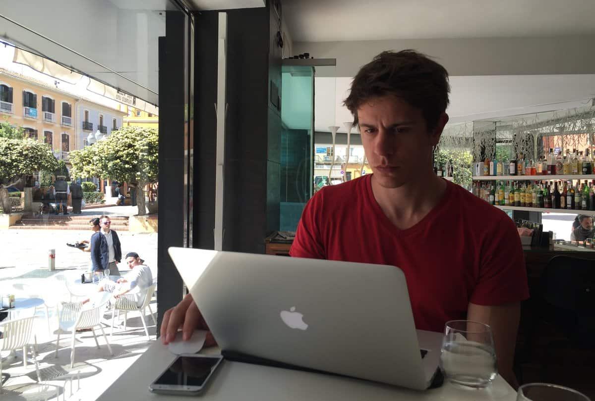 Reise Kreditkarte Mauricio mit Macbook in Bar