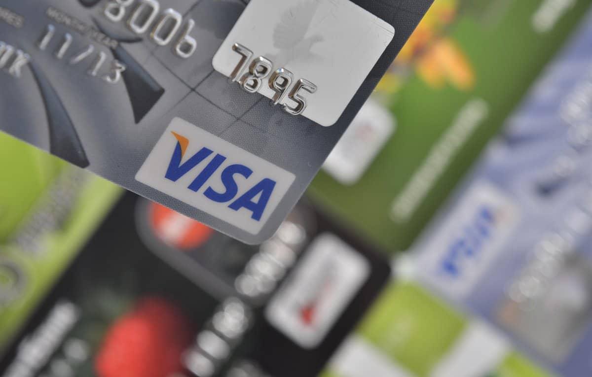 Die besten Reise-Kreditkarten – Untere rechte Ecke einer Visa Card in Bildschärfe, im geblurrten Hintergrund weitere Karten