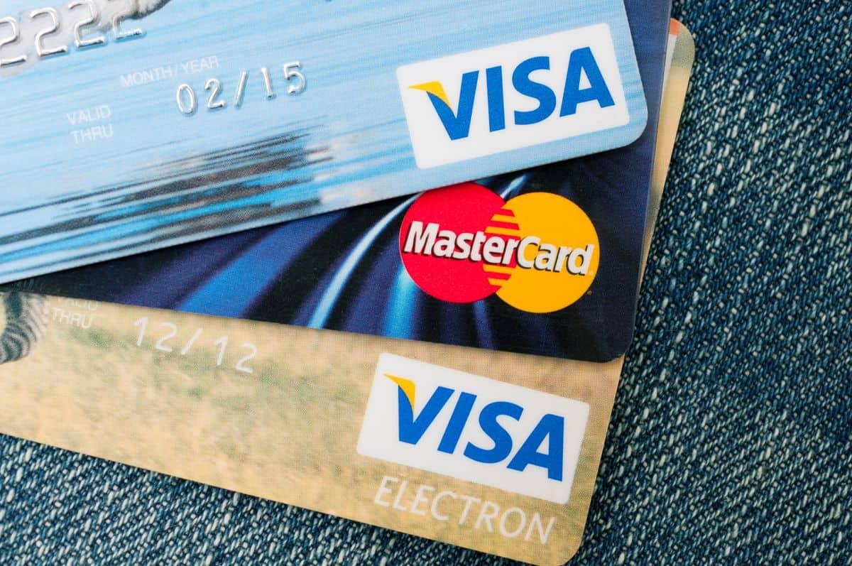 Die besten Reise-Kreditkarten – Visa- und Mastercard-Karten übereinander