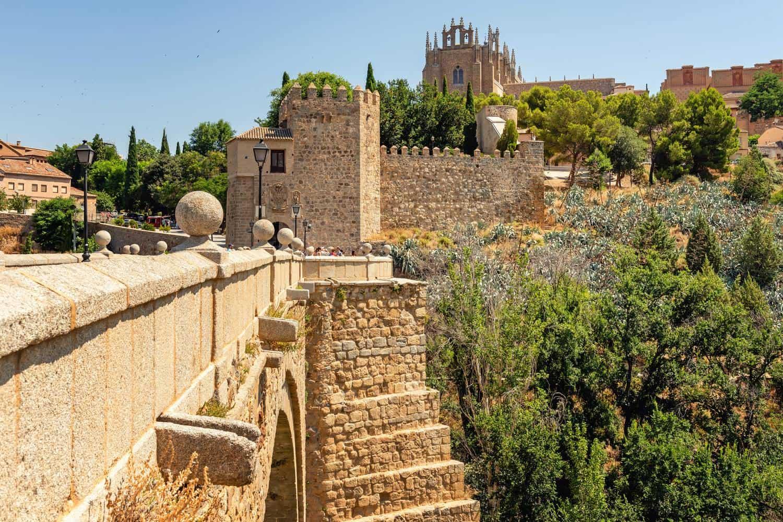 Madrid-Sehenswürdigkeiten – Abstecher nach Toledo, hier zu sehen die Alcantara-Brücke und dahinter, die Festung Alcazar