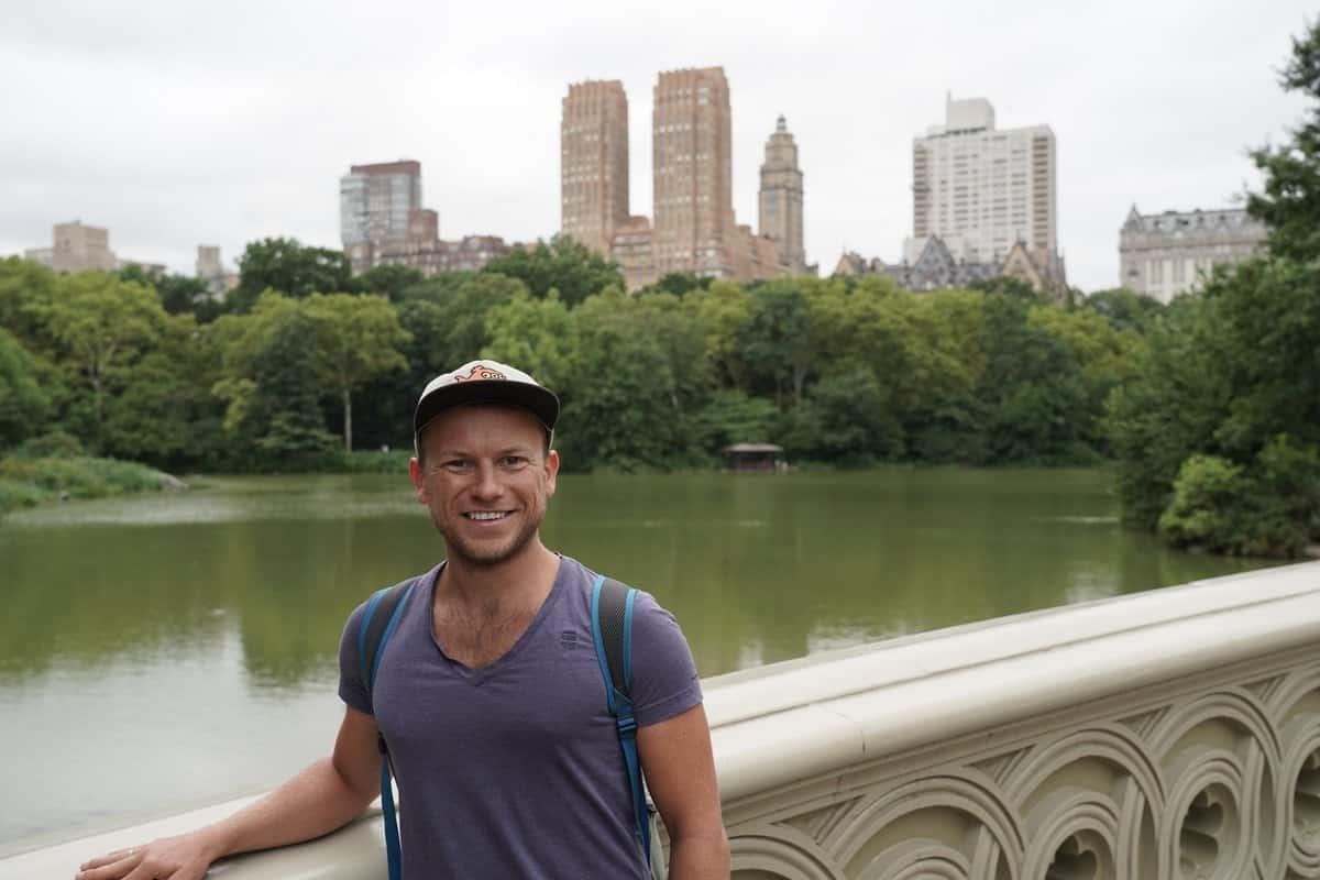 New York City - Arne posiert auf der Brücke in Central Park