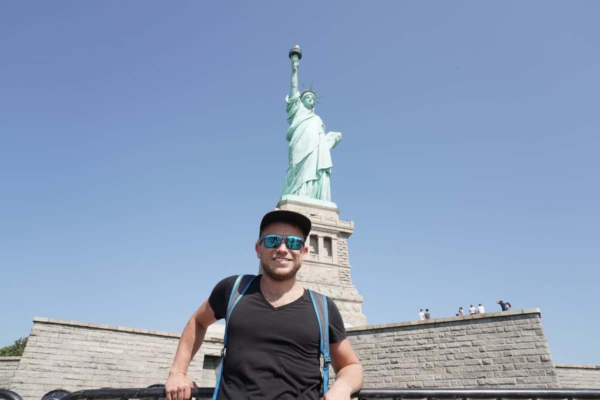 New York City - Arne posiert auf Liberty Island vor der Freiheitsstatue