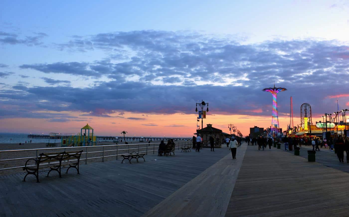 New York City - Coney Island Promenade bei Dämmerung