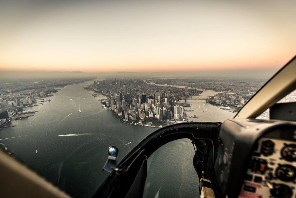 New York City - Blick auf die Skyline von Manhattan aus dem Helikopter-Cockpit
