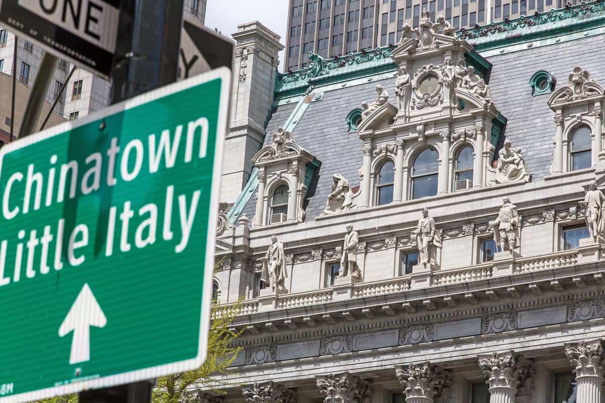 New York City - Verkehrsschild mit Richtungsweisung nach Chinatown und Little Italy im Vordergrund