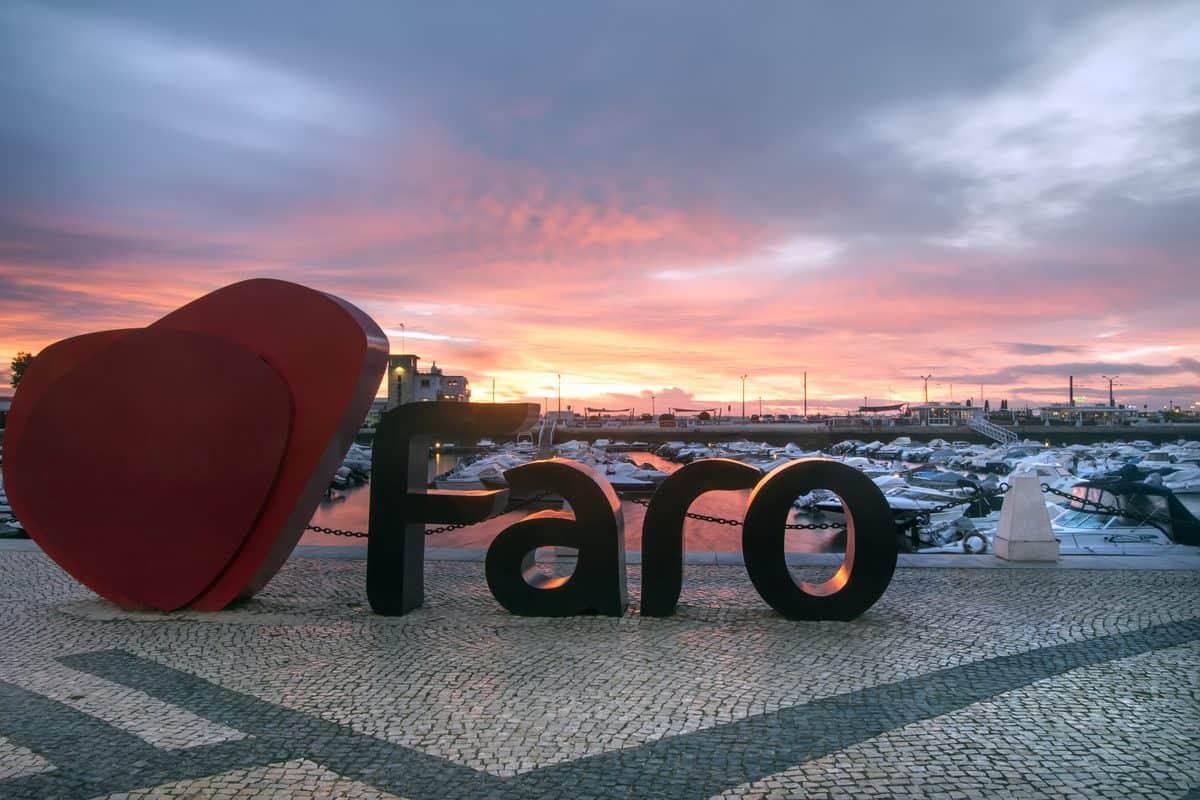 Portugal Reise-Tipps – Faro-Buchstaben auf Straße am Hafen von Faro