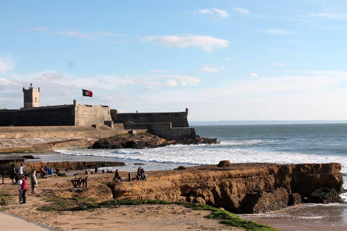 Portugal Reise-Tipps – Strandansicht Carcavelos mit der Festung Forte de São Julião da Barra