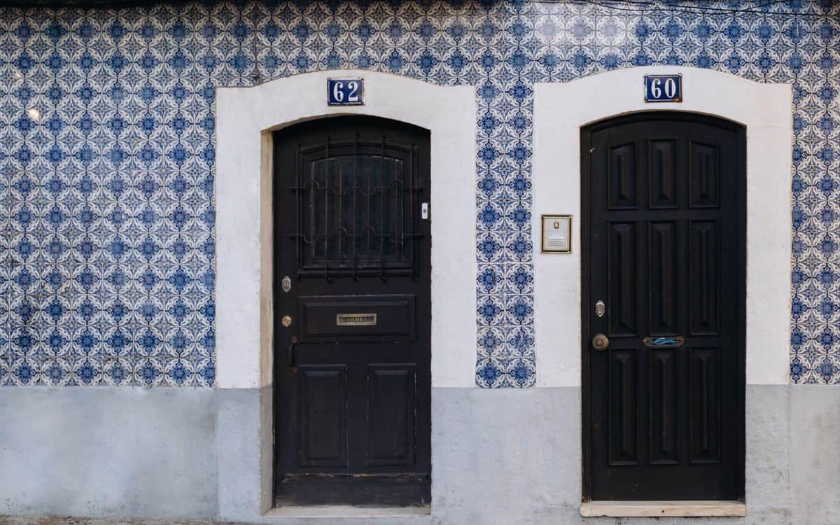 Portugal Reise-Tipps – Hauswand in Lissabon mit Azuleijos-Kacheln gefliest