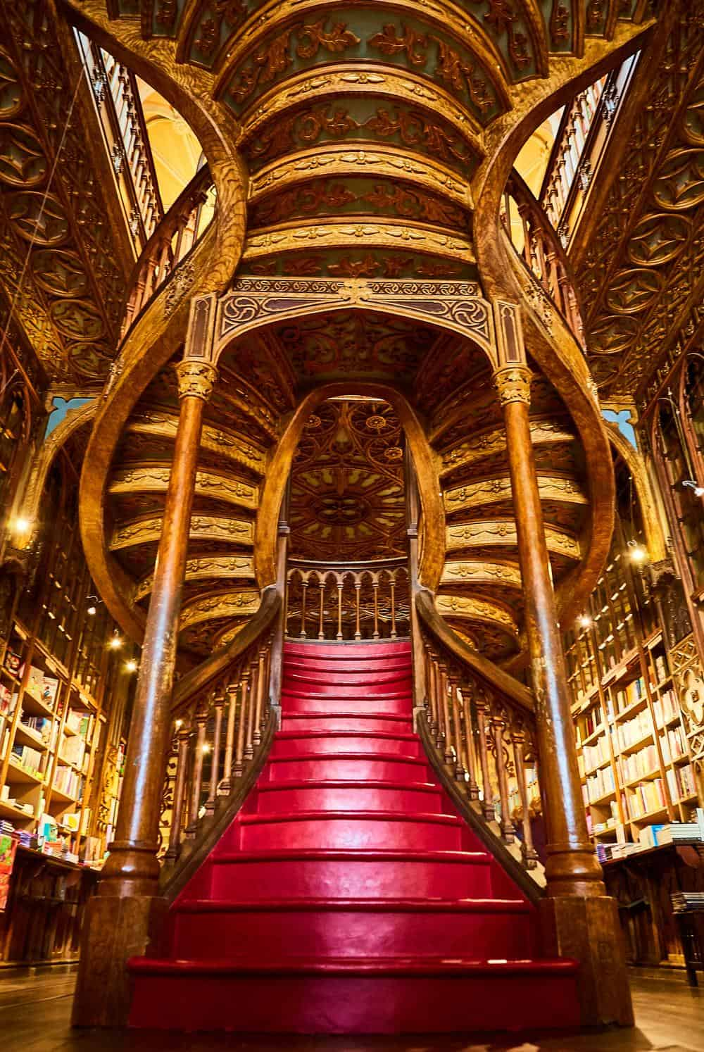 Portugal Reise-Tipps – Innenansicht der Buchhandlung Livraria Lello in Porto