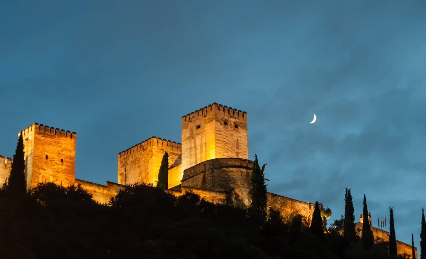 Spanien-Reise-Tipps – Alhambra-Festung in Granada, beleuchtet am Abend