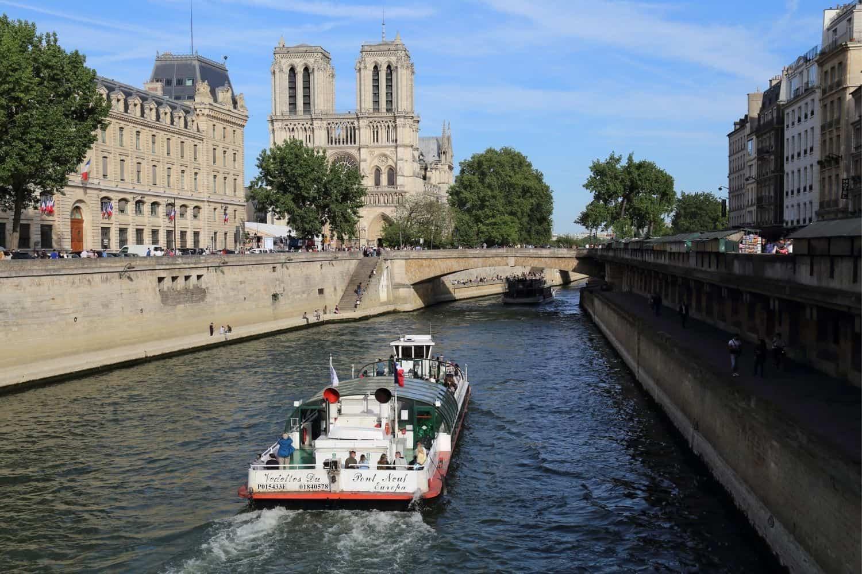 Paris Sehenswuerdigkeiten Touristenschiff Auf Der Seine in Paris
