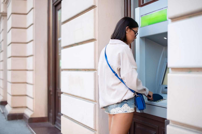 Reise Kreditkarte Bankautomat Junge Frau