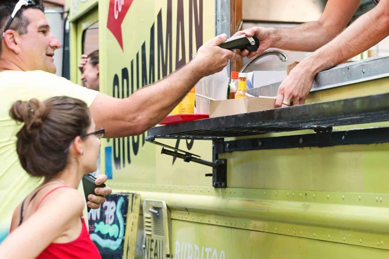 Reise Kreditkarte mit Karte Bezahlung Food Truck