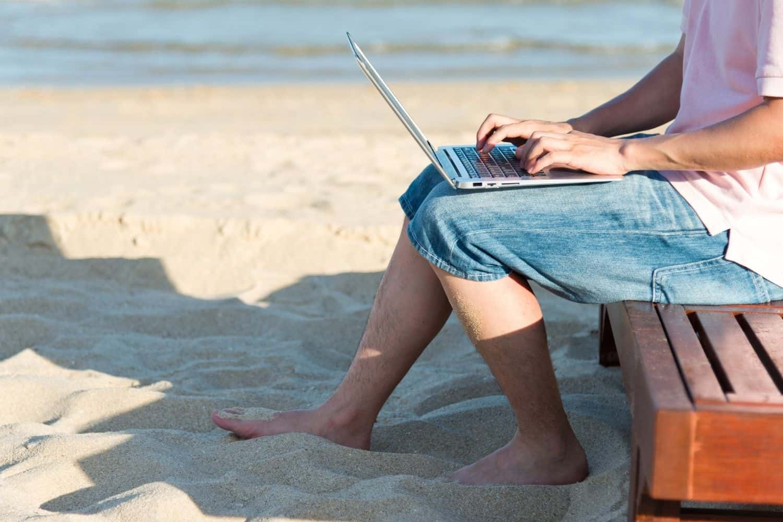 VPN Venezuela Laptop am Strand